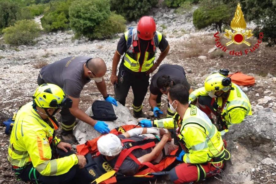 Cade su un sentiero impervio e si procura una vistosa ferita alla testa: 70enne soccorso a Urzulei