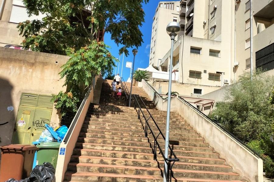 Carbonia, alla scalinataci pensano i cittadini: compiuta una maxi bonifica