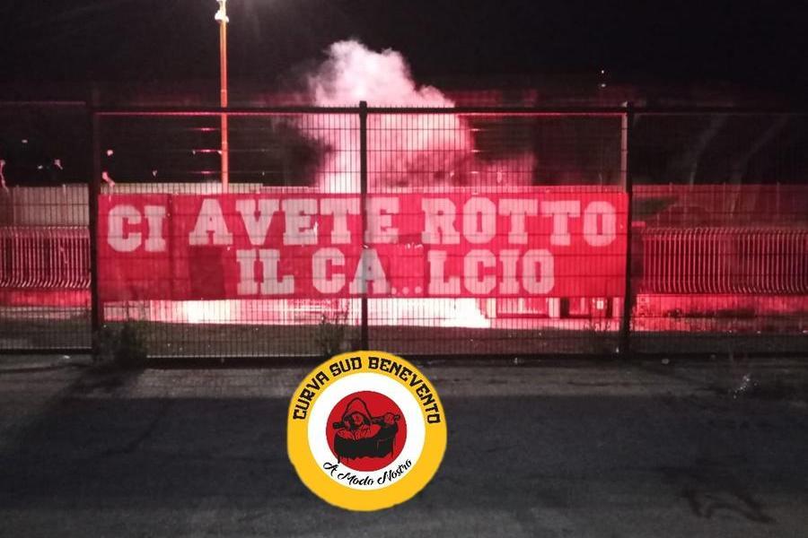 """""""Ci avete rotto il ca...lcio"""", la protesta dei tifosi del Benevento"""