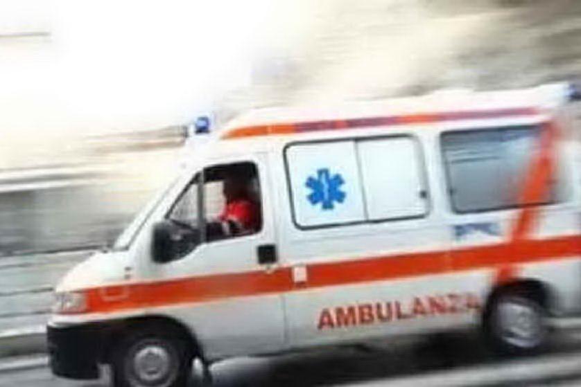 Ambulanza investe una coppia in ospedale e va via dopo i soccorsi