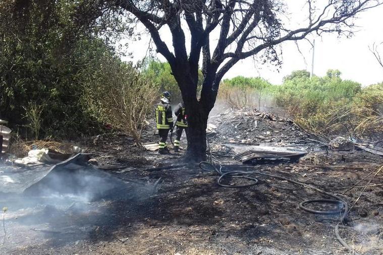Carbonia: fiamme al campo rom in località Sirai