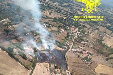 Incendi in Sardegna, in azione l'elicottero del Corpo forestale
