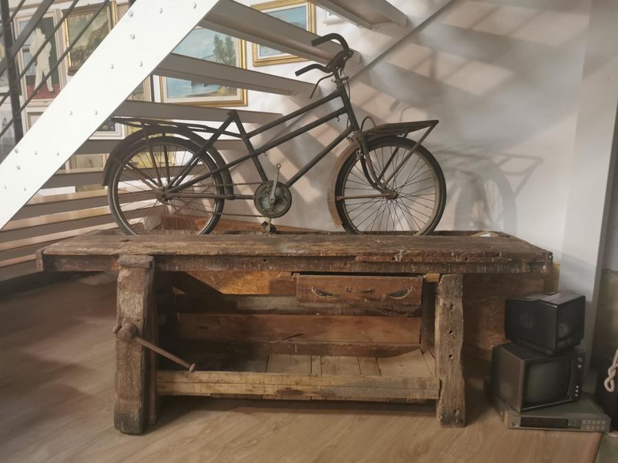 La bicicletta con la quale Marco Piroddi, da giovane, consegnava i mobili
