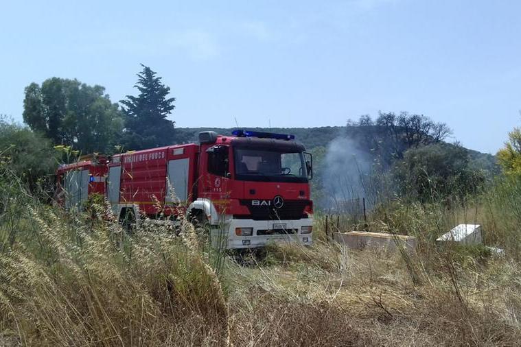 Carbonia, ancora fiamme fra i rifiuti: intervengono i vigili del fuoco