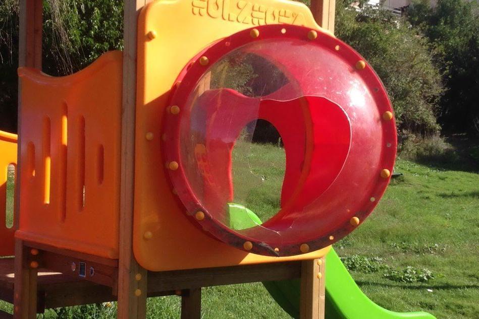 Vandali al parco di Sertinu a Macomer, danneggiata la torretta dello scivolo