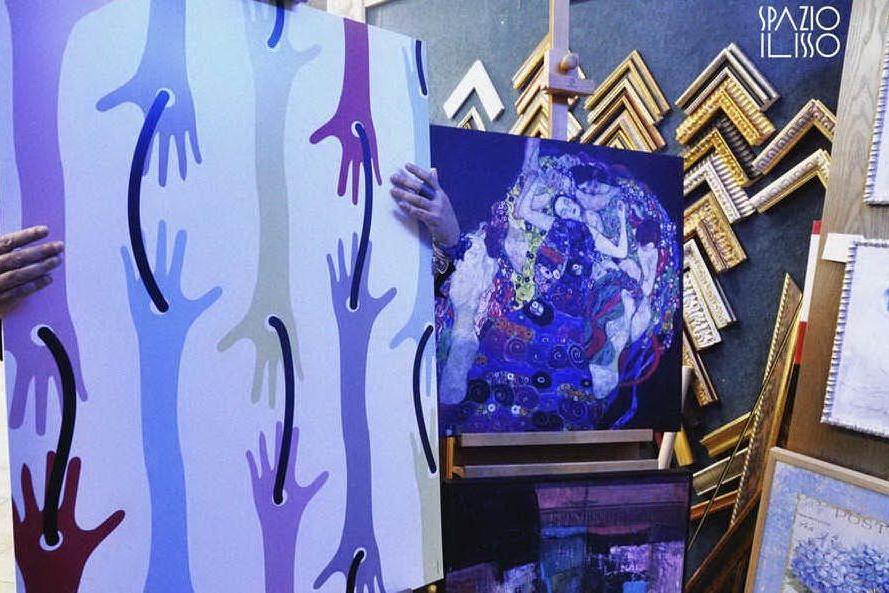 Il manifesto mostra le mani per rappresentare il contatto negato