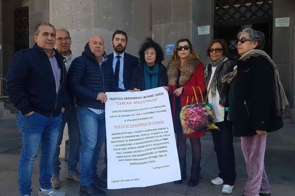 Gli attivisti all'uscita dal tribunale (foto L'Unione Sarda - Farris)