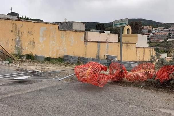 La tromba d'aria non risparmia Castelsardo:tetti scoperchiati e danni alle strutture