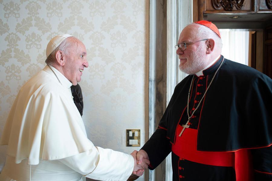 Papa Francesco e il cardinale Reinhard Marx (Ansa)