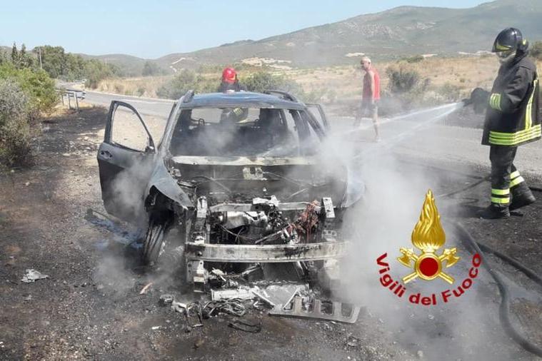 Auto va a fuoco sulla provinciale, le fiamme divorano la vegetazione: interviene anche l'elicottero