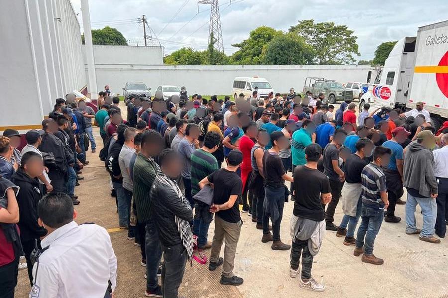 Urla dal cassone del Tir: all'interno 334 migranti in condizioni disumane