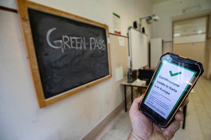Supplente senza Green pass fermata all'ingresso di una scuola a Selargius