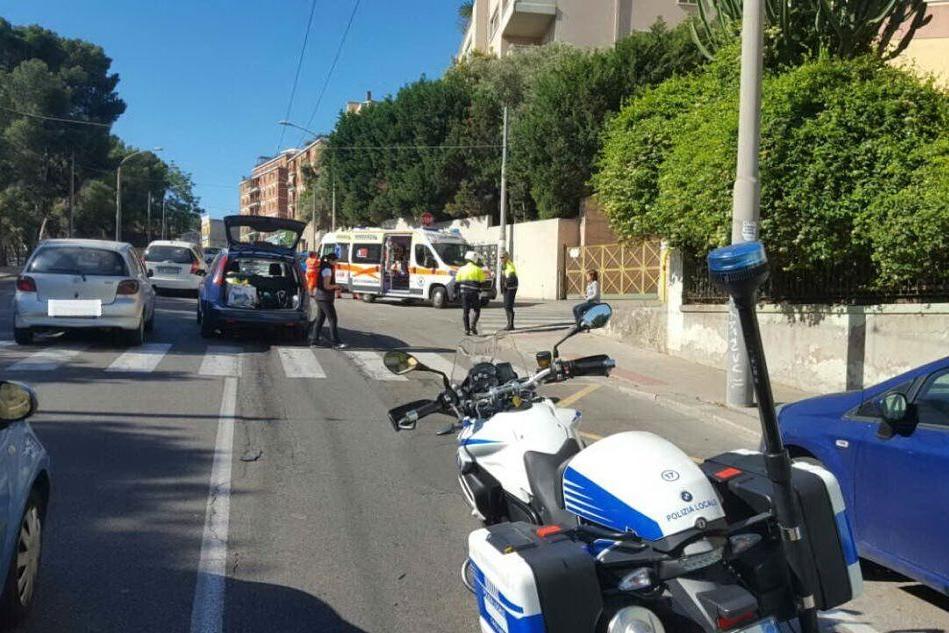 Cagliari, incidente in via Is Mirrionis: si ferma per far attraversare un pedone e viene urtata da un'altra auto