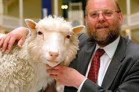 Ian Wilmut con Dolly (foto Ansa)