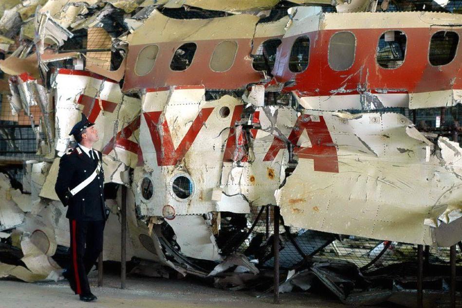 L'aereo recuperato nel mar Tirreno (Archivio L'Unione Sarda)