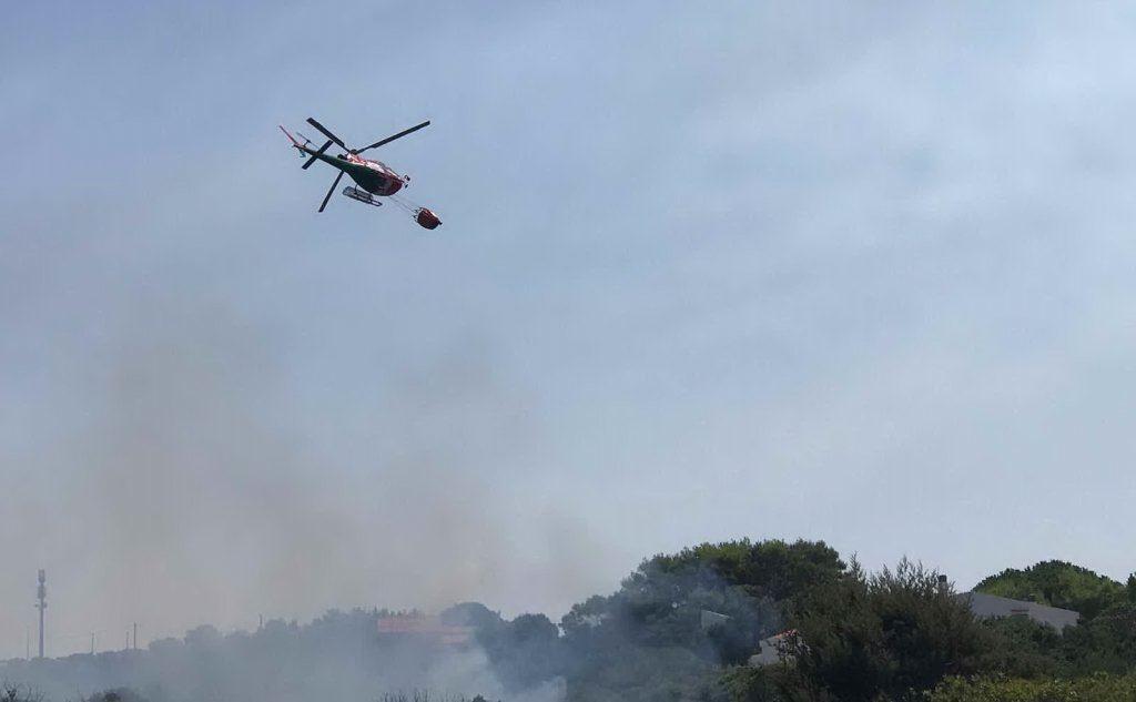 Le fiamme hanno attaccato la zona di Spalmatore Canuti