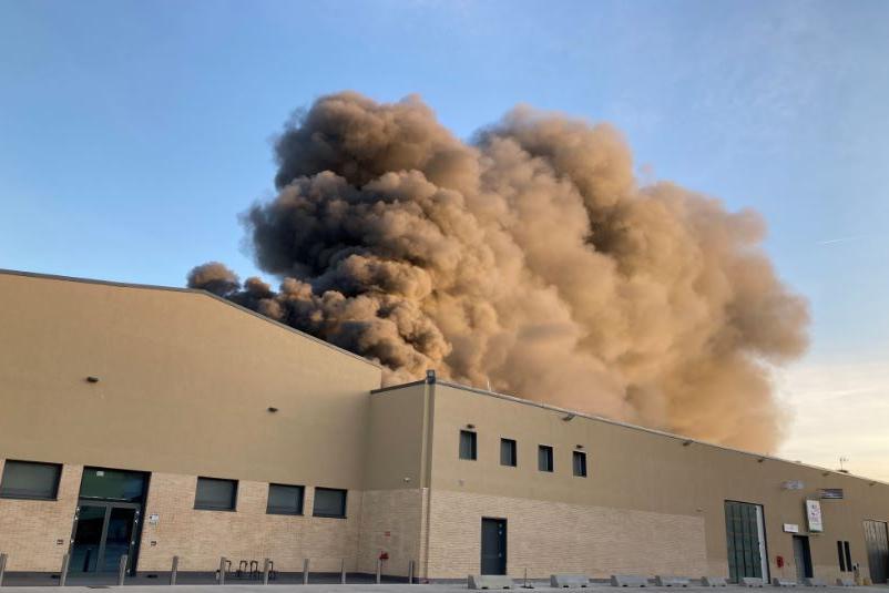 Immenso incendio a Predda Niedda: vigili del fuoco al lavoro per tutta la notte