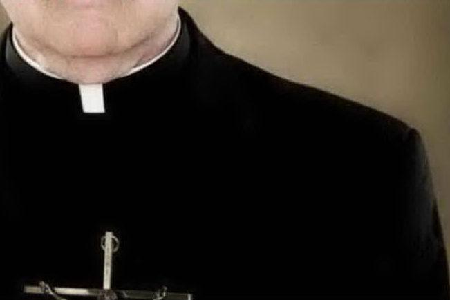"""Sacerdote condannato a 20 anni per aver stuprato una minorenne: """"Voglio sposarla, siamo innamorati"""""""