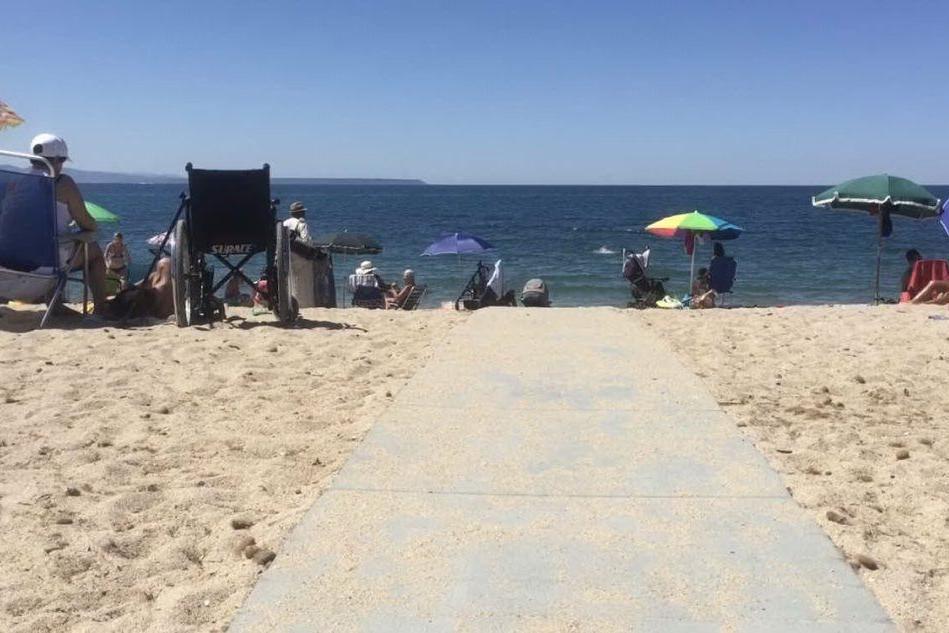 Torregrande, spiaggia per tutti: sistemate nove passerelle per disabili