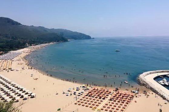 Turista va al mare con la febbre a 39,2, il titolare del Lido la rimanda a casa