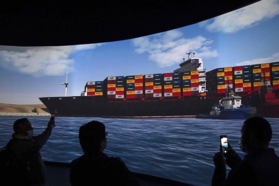 Liberata la Ever Given: riprende il traffico nel canale di Suez