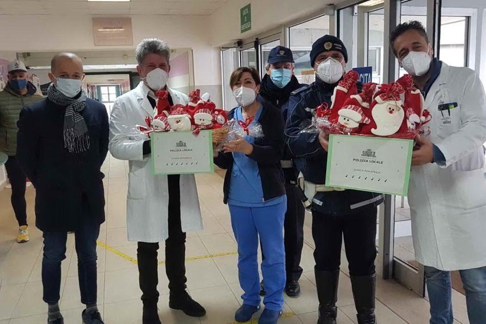 Sassari, la Polizia locale consegna le calze della Befana ai bimbi in Neuropsichiatria