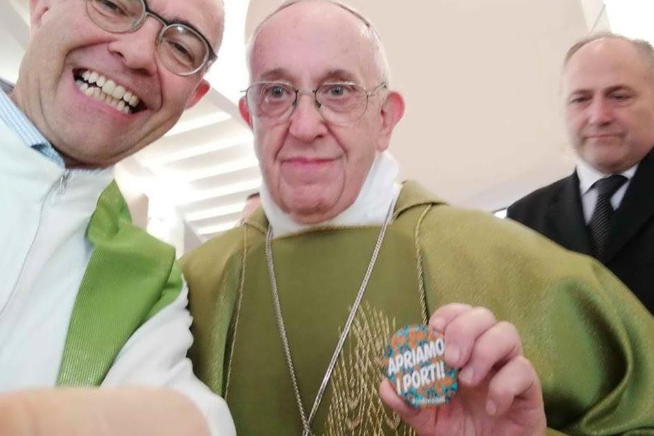 """Il selfie di Papa Francesco con la spilla """"Apriamo i porti"""""""