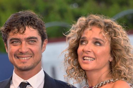 """Valeria Golino e il rapporto con Riccardo Scamarcio: """"Ci evitiamo affettuosamente"""""""