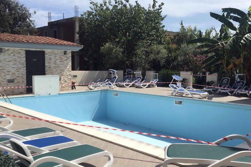 """Bimbo annegato in piscina a Orosei, la perizia: """"Fatale la mancanza della grata"""""""