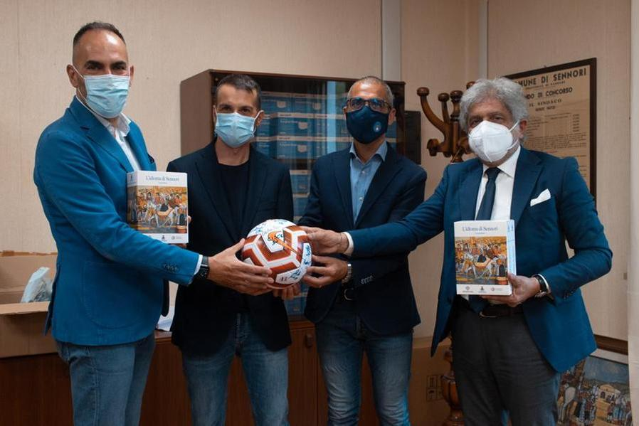 Da sinistra il presidente della Torres femminile Andrea Budroni, il sindaco di Sennori Nicola Sassu, l'assessore allo Sport Roberto Desini, il direttore sportivo Alfredo Pala (L'Unione Sarda - Tellini)