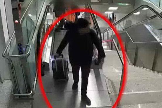 Il mago dei borseggi in aeroporto, ecco come agisce