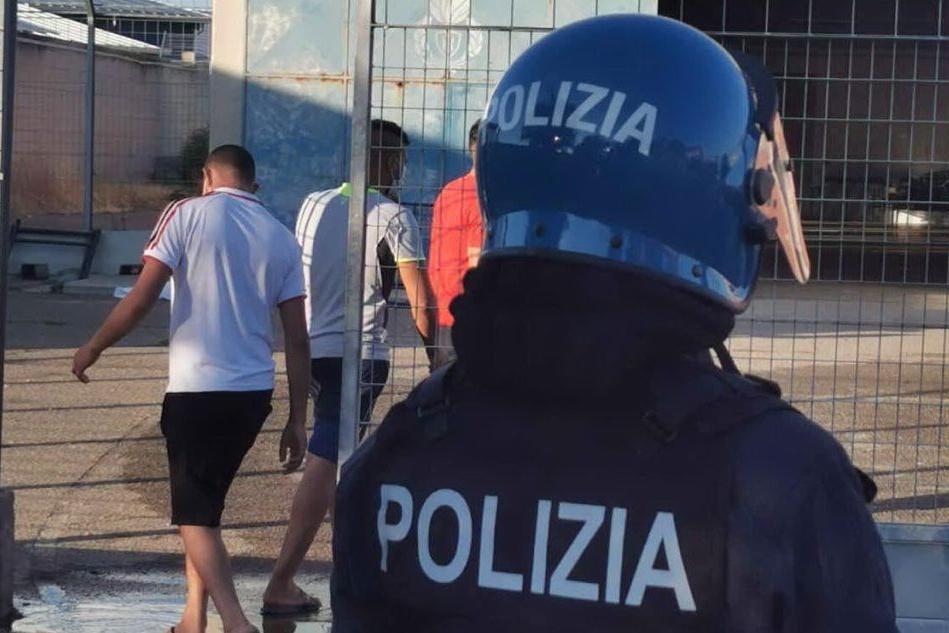 La polizia al Centro migranti (L'Unione Sarda)