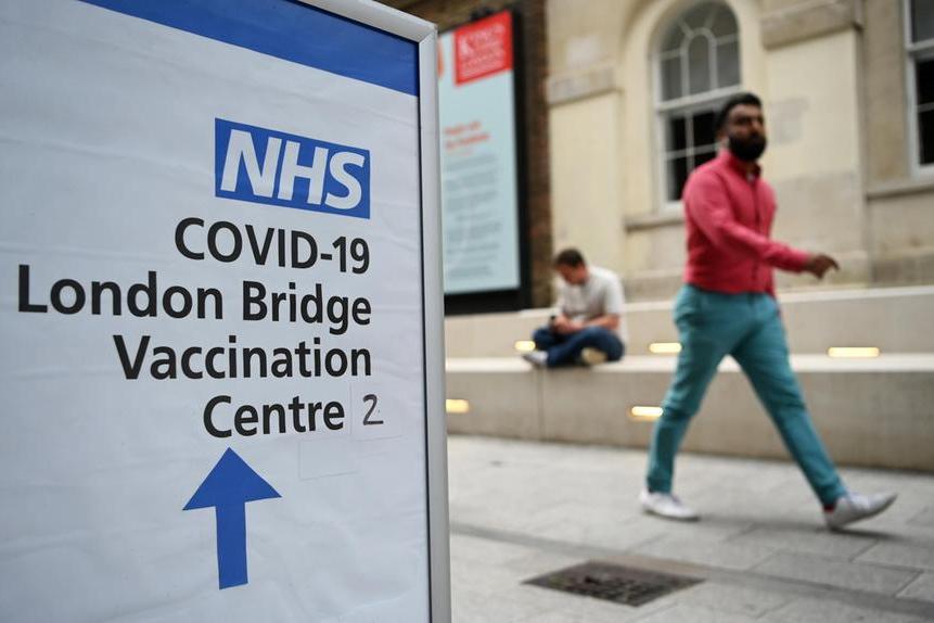 """Covid, il governo inglese verso la stretta dopo l'aumento dei casi. I media: """"Forse pass vaccinali"""""""