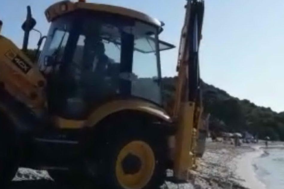 Pula, ruspa in spiaggia in pieno giorno tra i bagnanti VIDEO