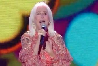 Insulti dopo la performance al Seat Music Awards, Loretta Goggi chiude i suoi profili social
