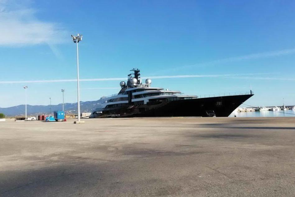 Un gioiello del mare ad Arbatax: il Crescent in sosta tecnica al porto