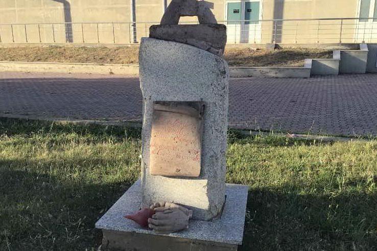 Porto Torres, devasta un monumento e un supermercato. Poi colpisce un poliziotto