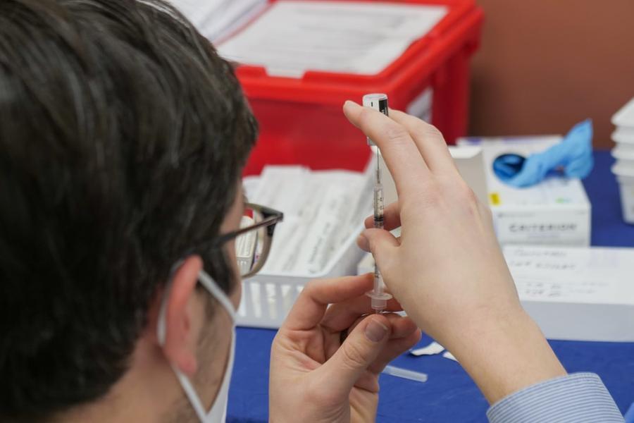 """Covid, Aifa: """"Su 84 milioni di dosi somministrate 16 decessi correlabili ai vaccini"""""""