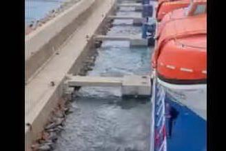 Traghetto Tirrenia contro i frangiflutti ad Arbatax