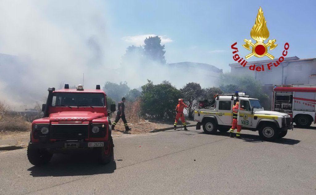 Squadre anti-incendio in azione a Pirri