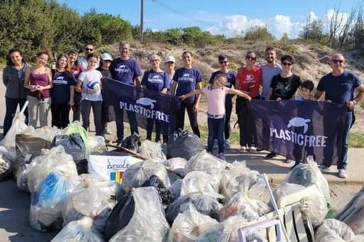 Sorso, volontari ripuliscono le dune sabbiose dai rifiuti plastici