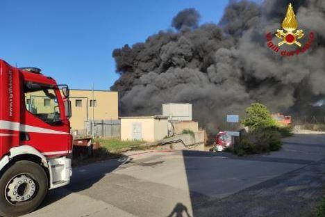 Paura a Sassari, enorme incendio partito da un capannone