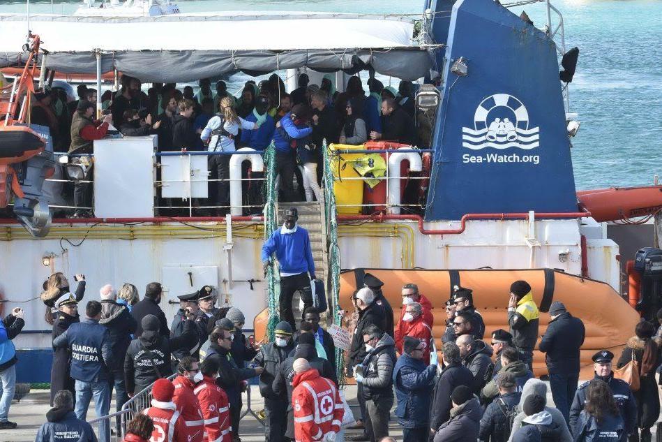 """Festa tra i migranti della Sea Watch: """"Grazie a chi ci ha aiutati"""""""