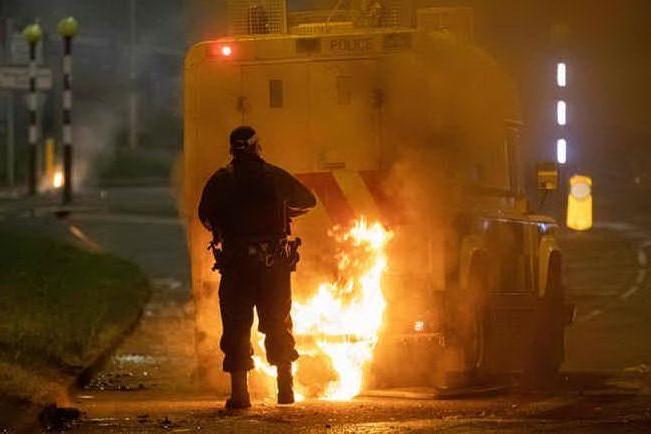 Nuova notte di violenza a Belfast, incendiato un bus di linea
