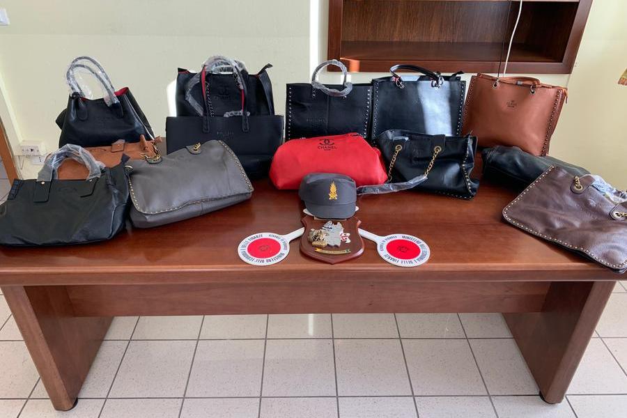 Borse con marchi contraffatti sequestrate a Budoni
