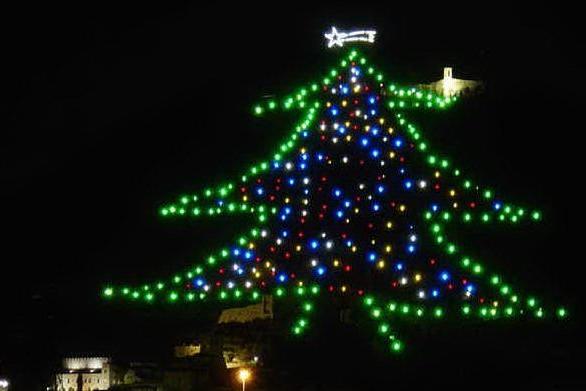 A Gubbio acceso l'albero di Natale più grande del mondo