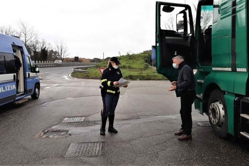 Controlli sulla 131 a mezzi pesanti e autobus, raffica di multe