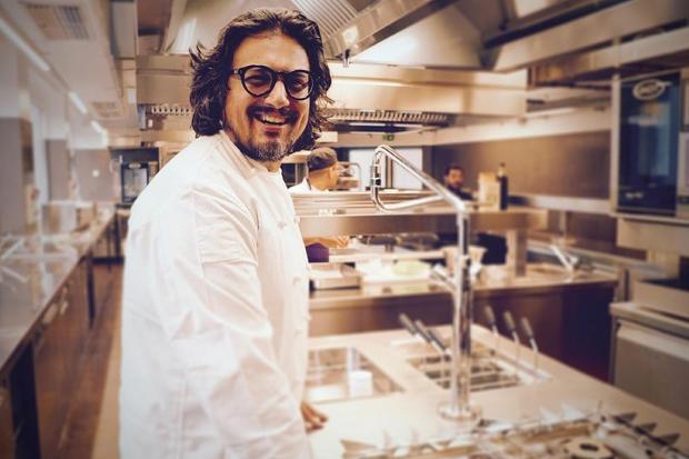 """Alessandro Borghese: """"Non trovo personale, i giovani non vogliono più lavorare in cucina"""""""