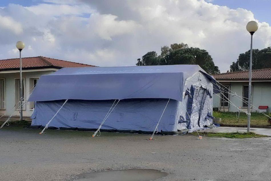 Mores, montata una tenda all'ingresso della casa di riposo Sacra Famiglia