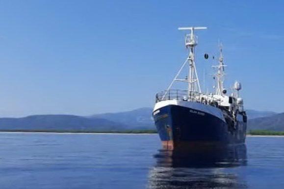 """Arbatax, in rada la """"Alan Kurdi"""": 125 migranti a bordo"""
